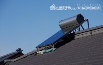 屋根に取り付けられた太陽光パネル